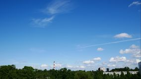 Sonnenuntergang-Zeitspanne-Himmel und bewegliches Wolken Kraftwerk Lettland 4K stock footage