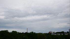 Sonnenuntergang-Zeitspanne-Himmel und bewegliches Wolken Kraftwerk Lettland 4K stock video