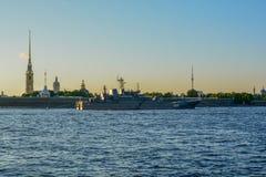 Sonnenuntergang zur St- PetersburgSommerzeit lizenzfreies stockfoto