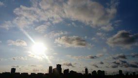 Sonnenuntergang zwischen Wolkenkratzern stockbild
