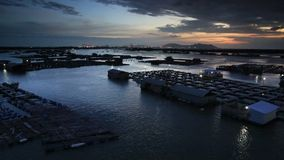 Sonnenuntergangabend am Flossfischerdorf stock video