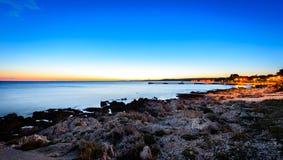 Sonnenuntergangabend-Landschaftsfoto des Marinehafens von Silba Kroatien Stockfotografie