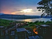 Sonnenuntergangabendessen nahe Flussseite lizenzfreie stockfotos
