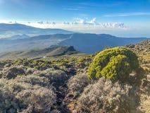 Sonnenuntergangansicht über Berge von Kletterhaken-DES-neiges auf La Reunion Island lizenzfreie stockfotografie
