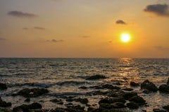 Sonnenuntergangansicht über das Meer mit Steinen Lizenzfreie Stockbilder