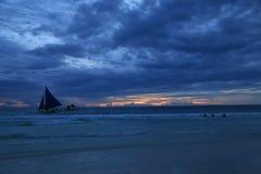 Sonnenuntergangansicht in Boracay, Philippinen mit Segelboot und dem Ozean Stockfotos