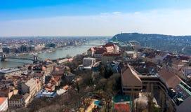 Sonnenuntergangansicht Budapests, Ungarn mit der Donau, Parlament, Schloss Ansicht von Gellert Hügel Stockfotos