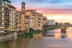 Sonnenuntergangansicht der Brücke und der Arno-des Flusses Lizenzfreies Stockbild