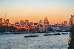 Sonnenuntergangansicht der London-Skyline genommen von Waterloo-Brücke Stockfotos