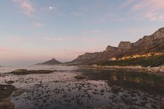 Sonnenuntergangansicht des 12 Apostel und Löwe ` s gehen in Cape Town voran Stockbilder