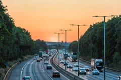 Sonnenuntergangansicht des beschäftigten BRITISCHEN Autobahnverkehrs in England lizenzfreie stockfotografie