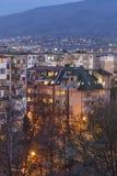 Sonnenuntergangansicht des typischen Wohngebäudes vom kommunistischen Zeitraum in der Stadt von Sofia, Bulgarien stockfotos
