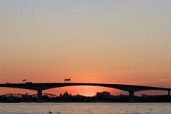 Sonnenuntergangansicht einer Brücke lizenzfreie stockbilder