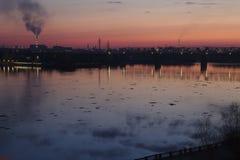 Sonnenuntergangansicht vom Flusskai Stockfotos