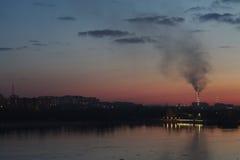 Sonnenuntergangansicht vom Flusskai Stockfotografie