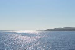 Sonnenuntergangansicht von Comino-Insel mit reflektierendem Licht lizenzfreies stockfoto