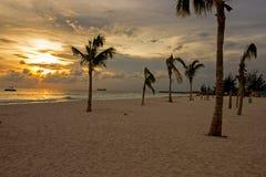 Sonnenuntergangansicht von einem ruhigen Strand herein auf der Westküste von Barbados lizenzfreies stockbild