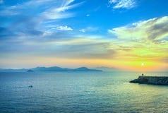 Sonnenuntergangansicht von Elba Island- und Piombino-Marktplatz bovio Leuchtturm lizenzfreie stockbilder