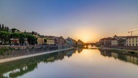 Sonnenuntergangansicht von Florence Ponte Vecchio über Arno River in Florenz-timelapse, Italien stock video