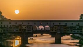 Sonnenuntergangansicht von Florence Ponte Vecchio über Arno River in Florenz-timelapse, Italien stock video footage