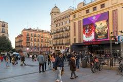 Sonnenuntergangansicht von gehenden Leuten bei Callao Square Plaza Del Callao in der Stadt von Madrid, Spanien lizenzfreie stockfotos