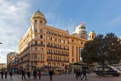 Sonnenuntergangansicht von gehenden Leuten bei Callao Square Plaza Del Callao in der Stadt von Madrid, Spanien lizenzfreies stockbild