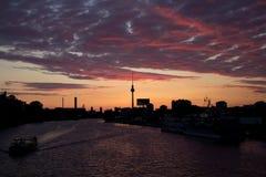 Sonnenuntergangansicht von Oberbaum-Brücke stockfoto