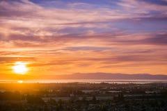 Sonnenuntergangansicht von Stadt Hayward und des Verbands Stockbild