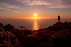 Sonnenuntergangansichten mit Schattenbild eines Mannes stockfotografie