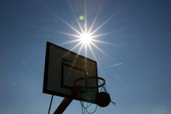 Sonnenuntergangbasketball Lizenzfreie Stockbilder