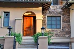 Sonnenuntergangbeleuchtung auf kleinem Landhaus Lizenzfreies Stockfoto
