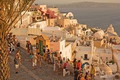 Sonnenuntergangbeobachter auf Santorini Insel. Stockbild
