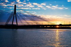 Sonnenuntergangbrücken-Fluss Daugava Riga Stockbild