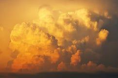 Sonnenuntergangcumulonimbus-Wolken Stockfotos