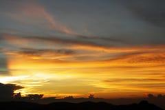 Sonnenuntergangdämmerung in den Bergen stockbild