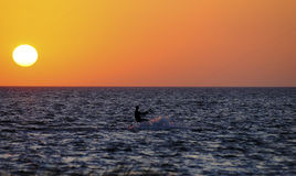 Sonnenuntergangdrachen-Surfer Lizenzfreie Stockfotos