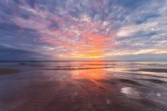 Sonnenuntergangebbe am tropischen Strand lizenzfreies stockfoto