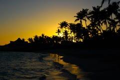 Sonnenuntergangfarben am tropischen Strand lizenzfreies stockfoto