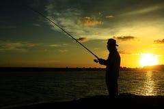 Sonnenuntergangfischen an den samas setzen auf den Strand lizenzfreies stockbild