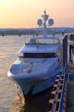 Sonnenuntergangglühen und eine Yacht. stockfoto