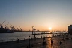 Sonnenunterganghafenansicht in Hamburg stockfotografie