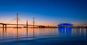 Sonnenunterganghimmel über St Petersburg Neva-Fluss lizenzfreie stockbilder