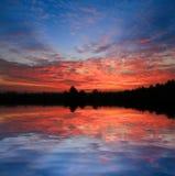Sonnenunterganghimmel über Wasser stockbilder