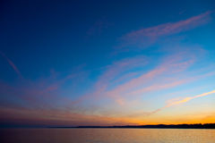 Sonnenunterganghimmel auf dem See unheimlich Lizenzfreie Stockfotos