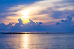 Sonnenunterganghimmel denken über das Meer, Licht nach und Wolke des Sonnenuntergangs ist ruhig lizenzfreie stockfotos