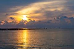 Sonnenunterganghimmel denken über das Meer, Licht nach und Wolke des Sonnenuntergangs ist ruhig stockfotografie