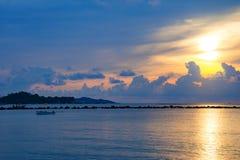 Sonnenunterganghimmel denken über das Meer, Licht nach und Wolke des Sonnenuntergangs ist ruhig stockfotos