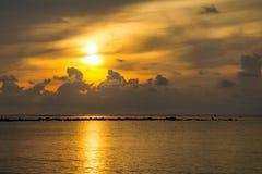 Sonnenunterganghimmel denken über das Meer, Licht nach und Wolke des Sonnenuntergangs ist ruhig lizenzfreie stockbilder