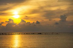 Sonnenunterganghimmel denken über das Meer, Licht nach und Wolke des Sonnenuntergangs ist ruhig stockbilder
