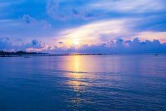 Sonnenunterganghimmel denken über das Meer, Licht nach und Wolke des Sonnenuntergangs ist ruhig lizenzfreies stockfoto